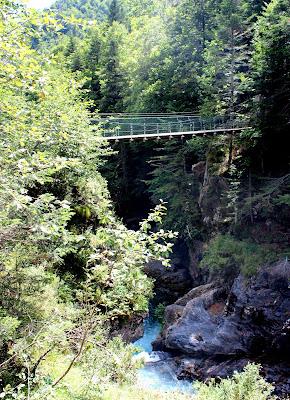 Puente colgante de Burguil sobre el río Ara