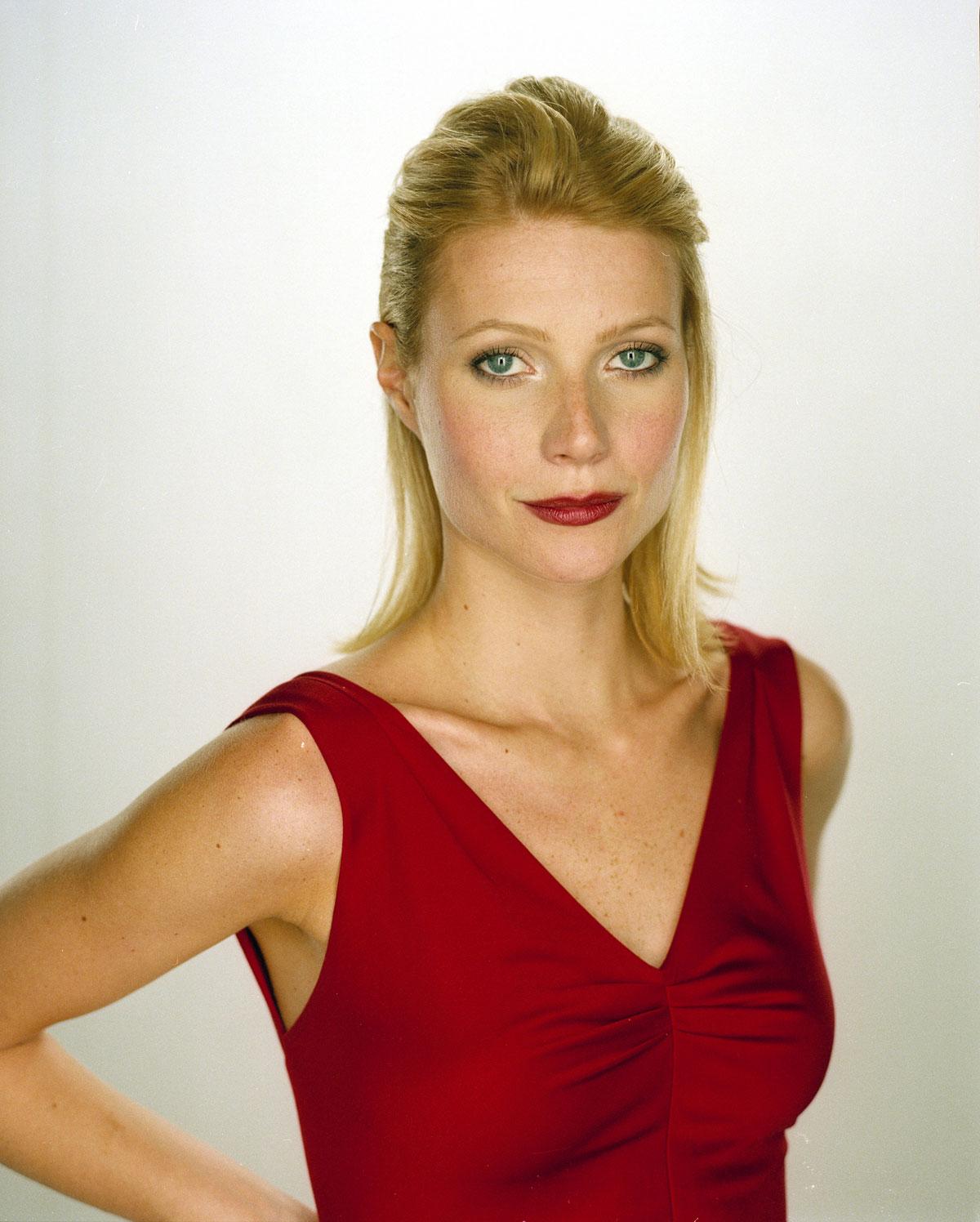 http://1.bp.blogspot.com/-qR1wZuj0S14/UReFk-_eJfI/AAAAAAAAKuM/o0iLx653ec8/s1600/Gwyneth-Paltrow-Portraits-by-LaMoine-15.jpg