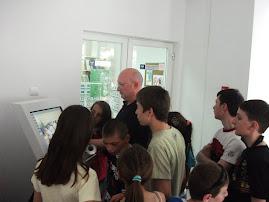 Prof. univ. dr. Ştefan Purici prezentându-le elevilor  punctul de informare electronic...