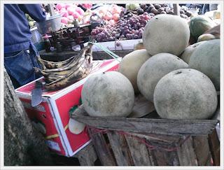 buah- buahan segar di pasar pagi