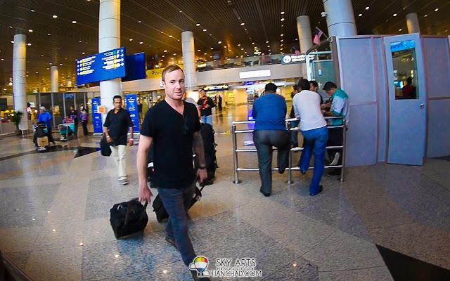 Eddie Fisher @ OneRepublic saying hello to the camera =D