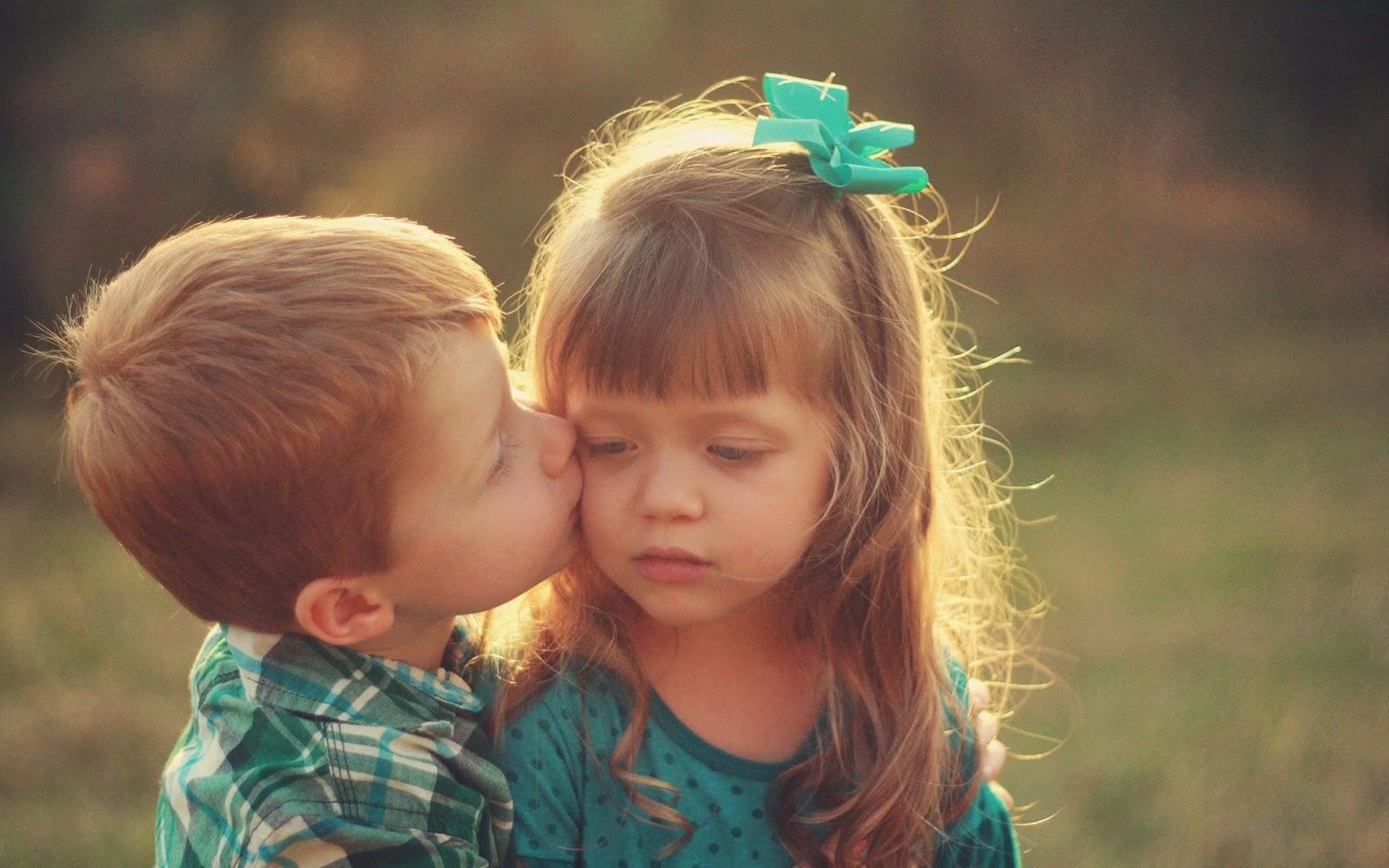 Gambar lucu bayi laki-laki mencium bayi perempuan gratis