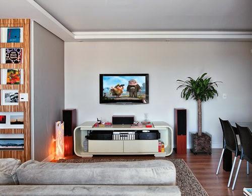 posição da TV na sala de estar - TV fixada na parede - Revista Casa Abril