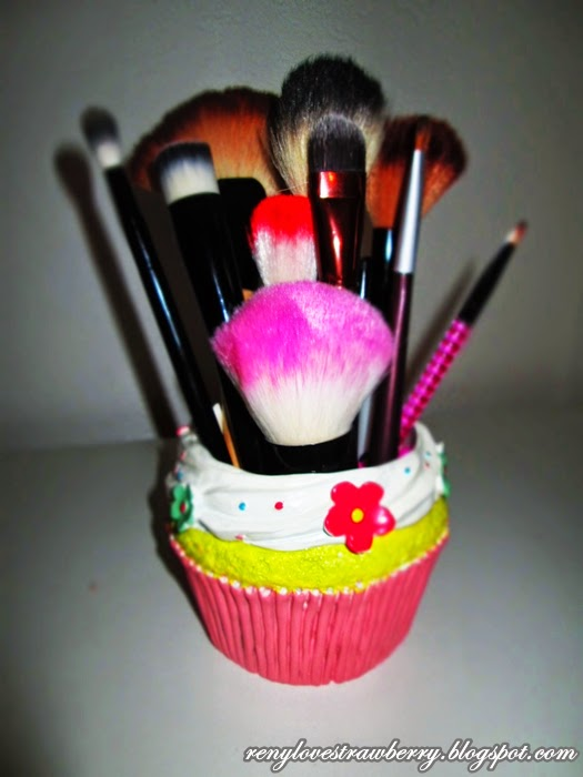 Strawberry love by reny cute cupcake makeup holder for todays do it yourself project i have a very very easy makeup brush organizer very chic and very inexpensive my mom gave me this adorable cupcake solutioingenieria Choice Image