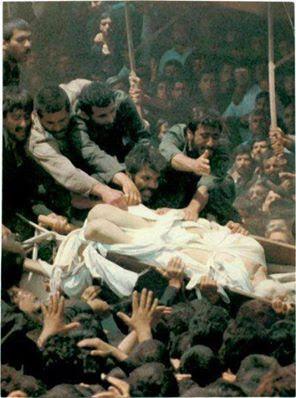 Mayat Khomeini di hina