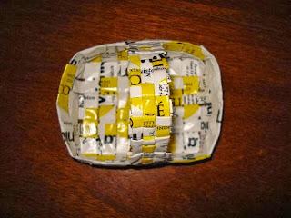 canasto pequeño con papel de sobres de té
