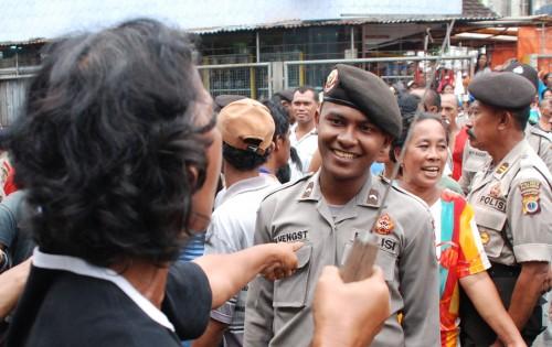 Diancam Golok, Polisi Ini Membalas Dengan Senyuman