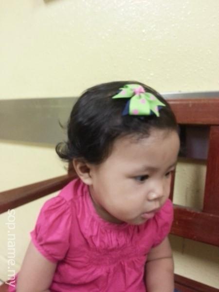 Auni dengan klip rambut