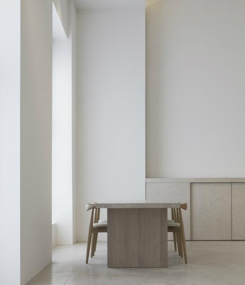 In der hellen Küche steht außer einem großem Tisch und Stühlen nichts.
