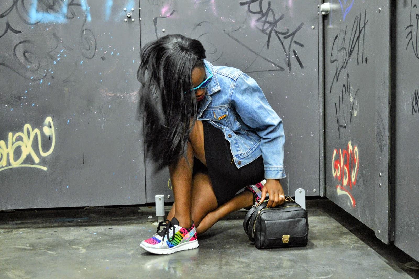 veste en jean, robe noire, lunettes bleues, baskets texto