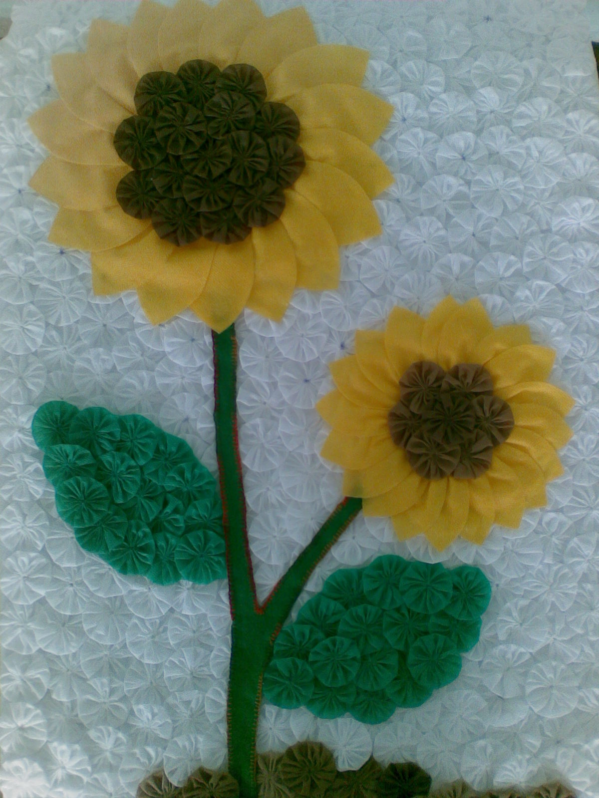 Passo a passo: Como fazer uma rosa de fuxico em tecido  - Fotos De Flores Feitas De Fuxico