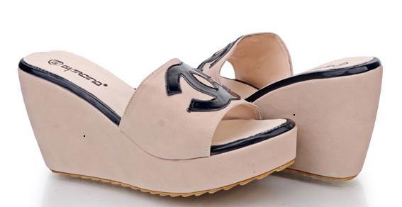 Sepatu: Wedges Chanel Cream (SDG-482)