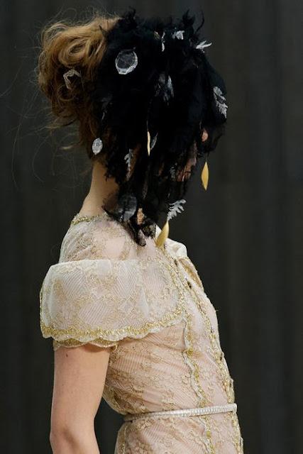 robe de haute couture en dentelle ivoire et blanche , dentelle délicate brodé de fil d'or et de paillette. Robe transparente ,le mannequin est nue