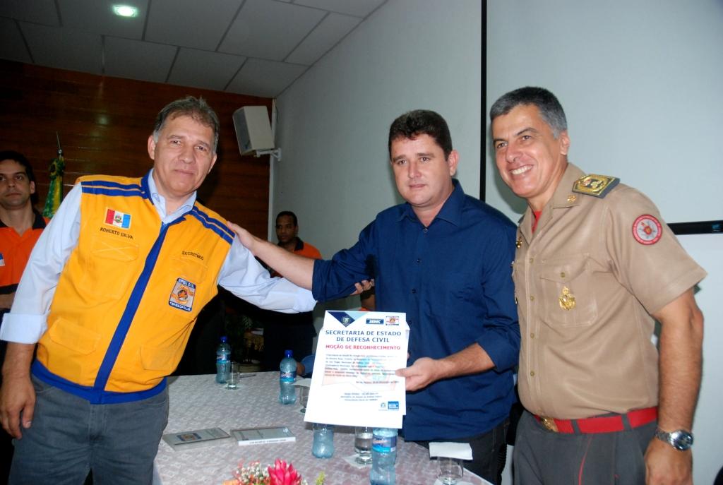 Prefeito Arlei, Cel. Simões, da Defesa Civil Estadual, e Cel. Roberto Silva, Defesa Civil Municipal, na cerimônia