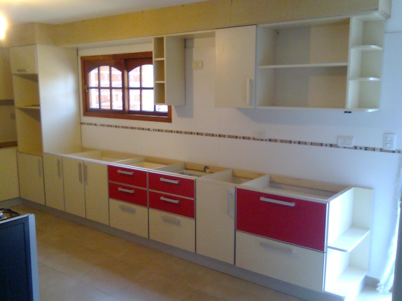 Benjamin cocina en melamina blanca con detalles rojos for Severino muebles cocina alacena melamina blanca