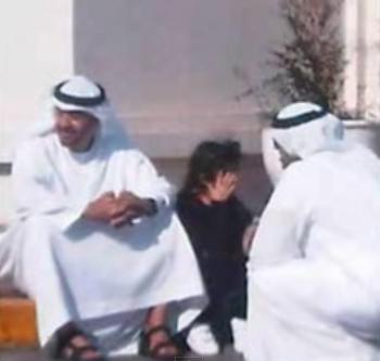 صورة الشيخ محمد يجلس الرصيف