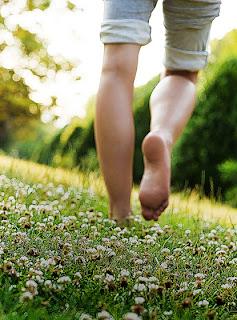 идти по траве