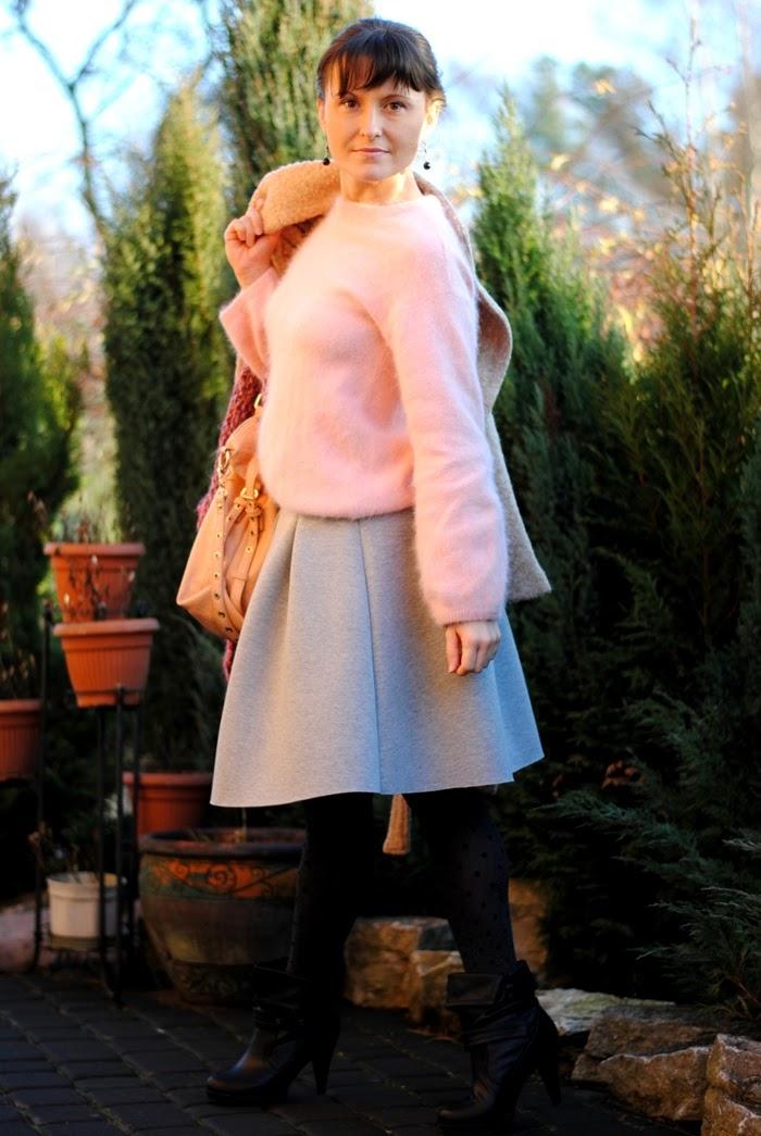 szara spódnica z różowym swetrem