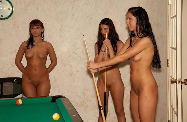 FotosNua.Com Gostosa jogando sinuca pelada