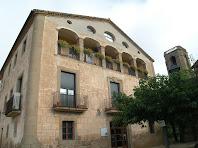 La façana de migdia de l'antiga rectoria