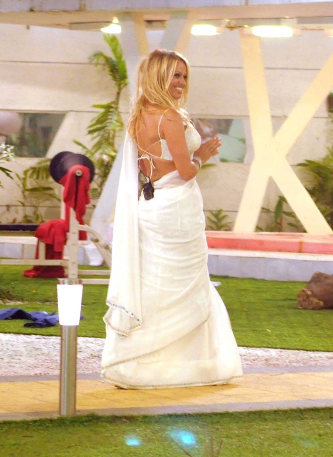 http://1.bp.blogspot.com/-qWM7ickj5pE/UEh-IGA8VwI/AAAAAAAAFtg/kwBqD2XZWME/s1600/Pamela+Anderson+In+White+Saree.jpg