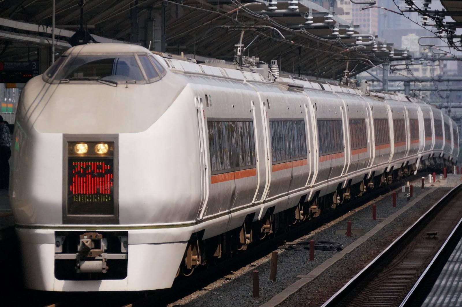 浦和駅を通過する651系1000番台スワローあかぎ
