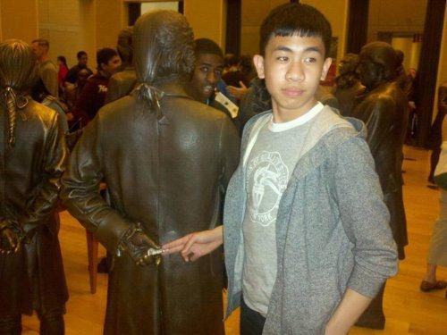 да1т взятку статуе