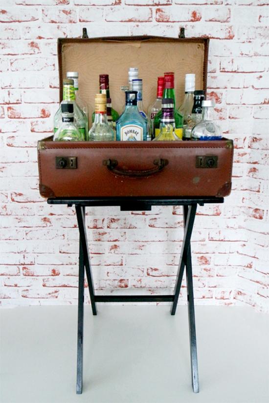 mala antiga, bar, mini bar, luzes de Natal, garrafas, suitcase, reciclagem, vintage, carrinho bar, bar cart