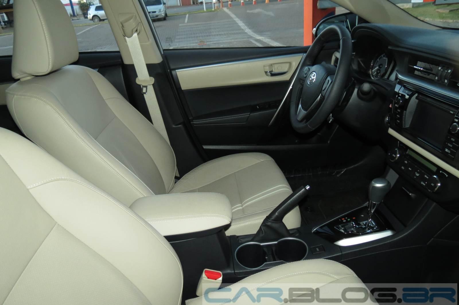 Toyota Corolla Altis 2015 - interior x Jetta TSI
