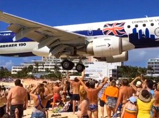 إقتراب طائرة من فوق رؤوس المصطافين