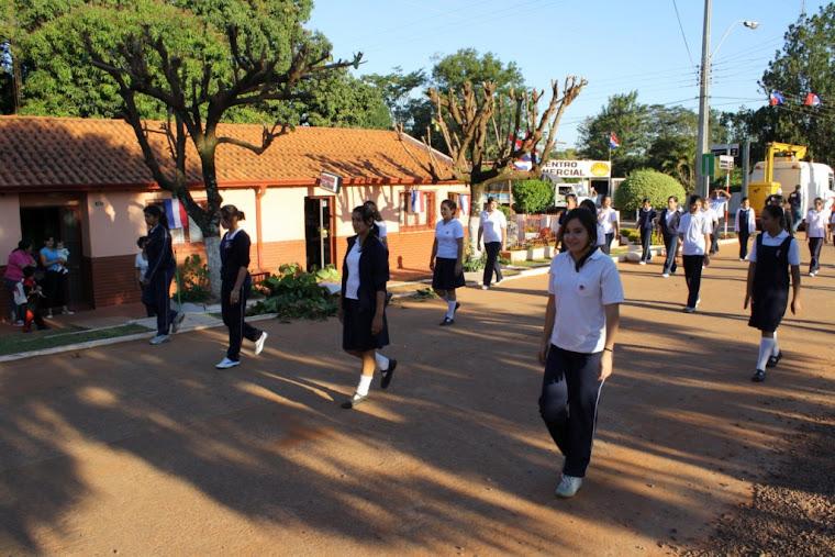 Alumnas del Colegio Emilio Napout, ensayando