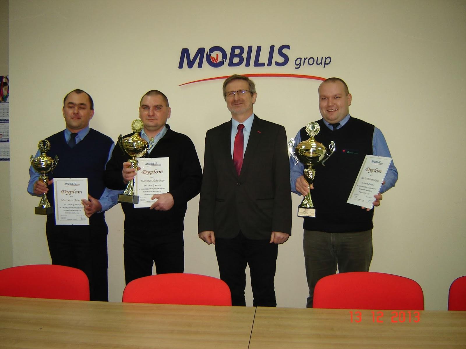 Od lewej stoją -  Mariusz Mazek, Marcin Olędzki, V-ce Prezes Zarządu Dariusz Załuska oraz  Paweł Malarowki