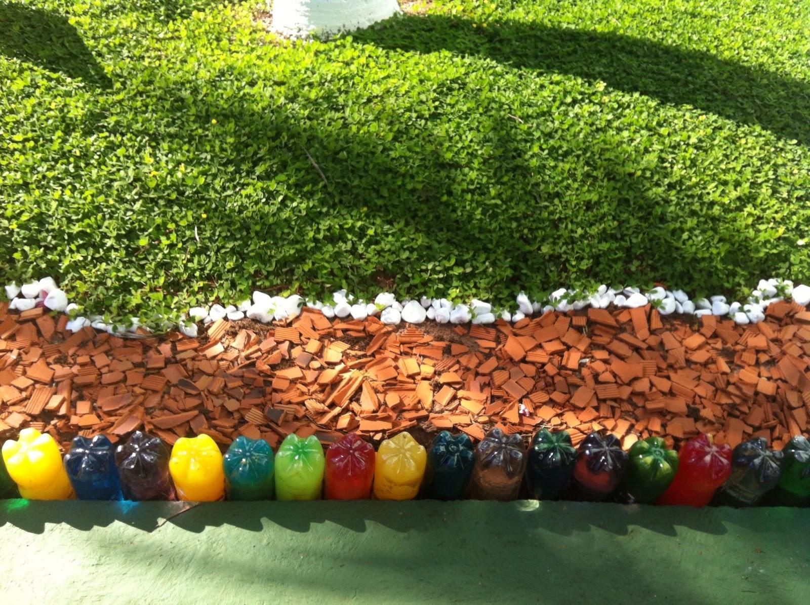 Garrafas PET com anilina colorida e cacos de telha reaproveitamento