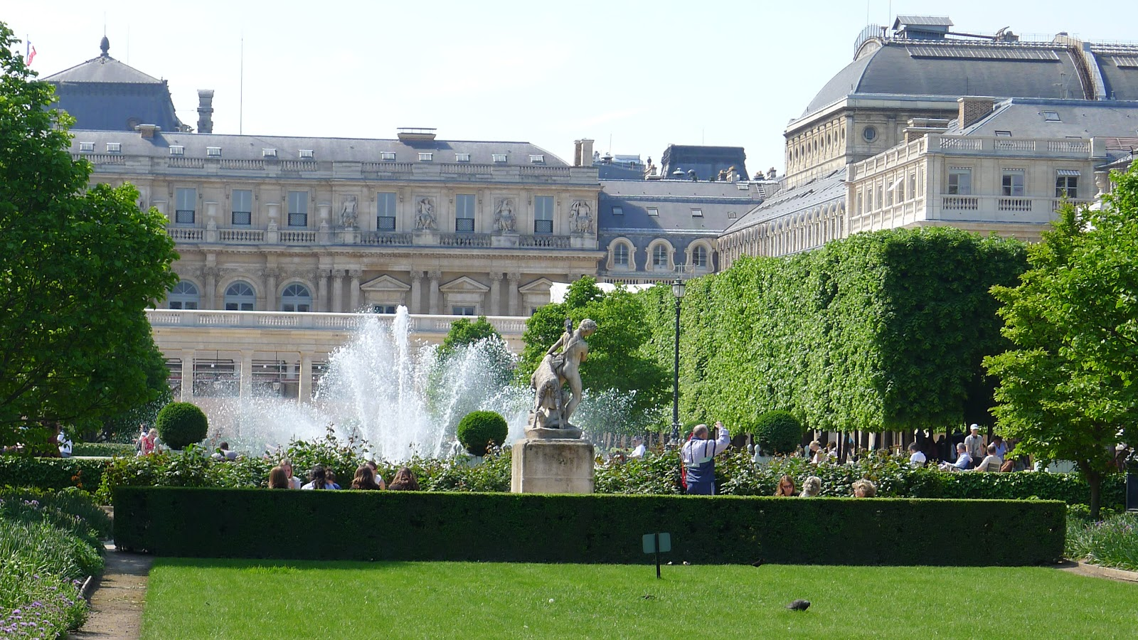 Jardin du palais royal a restful retreat near the louvre for Jardin royal
