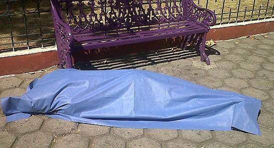 Muere indigente en parque público