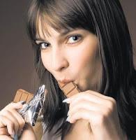 Frau mit Schokolade