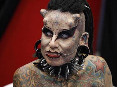 بالصور .. أول مصاصة دماء حقيقية تدخل موسوعة جينيس - Female woman  girl vampire
