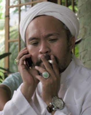 Puisi Taufik Ismail Tuhan Sembilan Senti Smoker