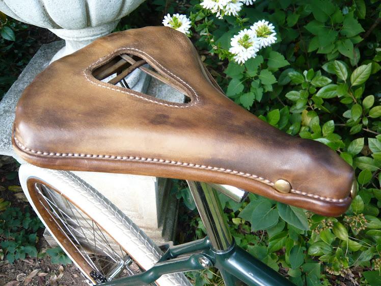 Selle armature bois et tendons, croupon cuir neuf identique à l'original