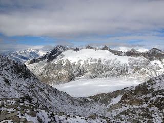 Ein paar Berner Gipfel zeigen sich zaghaft zwischen den Wolken