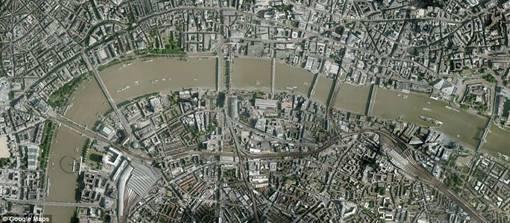 Sungai Thames masih tampak tetap sama, hanya saja kota bagian selatan sungai mengalami perluasan.
