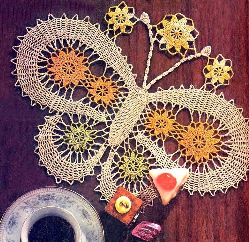 Hermosa carpeta con diseño de mariposa tejida con ganchillo