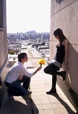 دراسة جديدة تؤكد ان : الحب بين ادم وحواء .. إدمان حقيقي  - رجل يقدم يعطى وردة زهرة لحبيبته