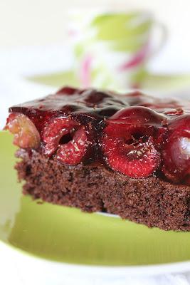 Ciasto czekoladowe z czereśniami i galaretką
