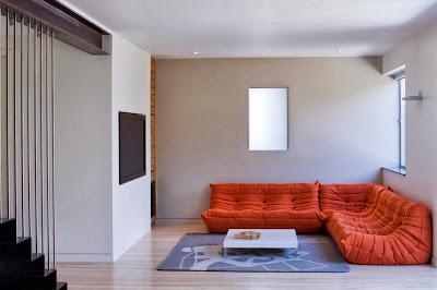 Ruang keluarga Dengan Sentuhan Warna Orange