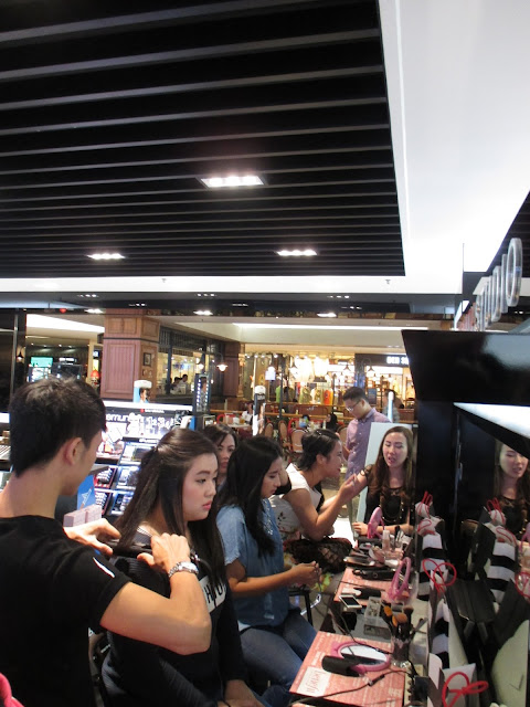 Beauty workshop dan makeup class bersama Benefit Cosmetics indonesia, Sephora Indonesia dan GHD Indonesia. Belajar makeup dengan tema festive dan hairdo menggunakan hair straightener untuk bikin wavy hair style. Makeup class in Jakarta Barat Indonesia, kindly contact to 081298079937, line id: theresiafeegy / 586C6E9A
