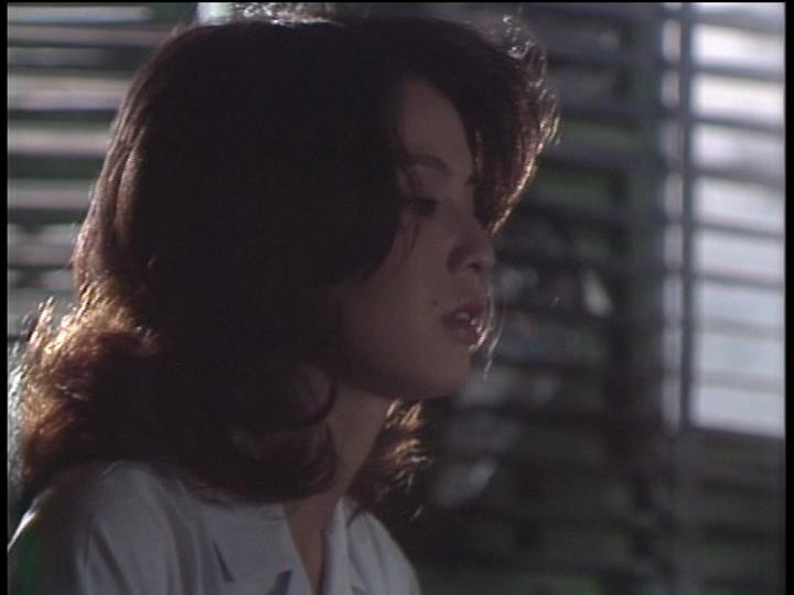ドラマ内にて横を向き目を伏せる篠ひろ子