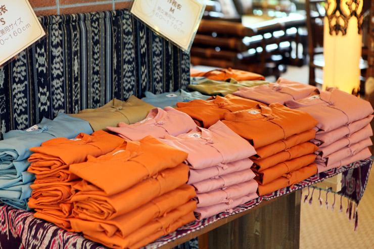 """アンダ名物のお部屋着""""作務衣""""でございます。4色4サイズをご用意しております。アンダにチェックインしましたら館内は作務衣でお過ごしください。"""