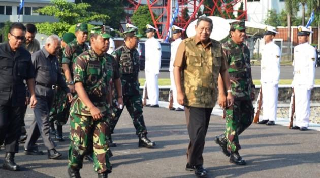 Pangarmatim Sambut Presiden SBY di KRI Makasar-590