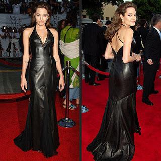 Angelina Jolie usa vestido de couro